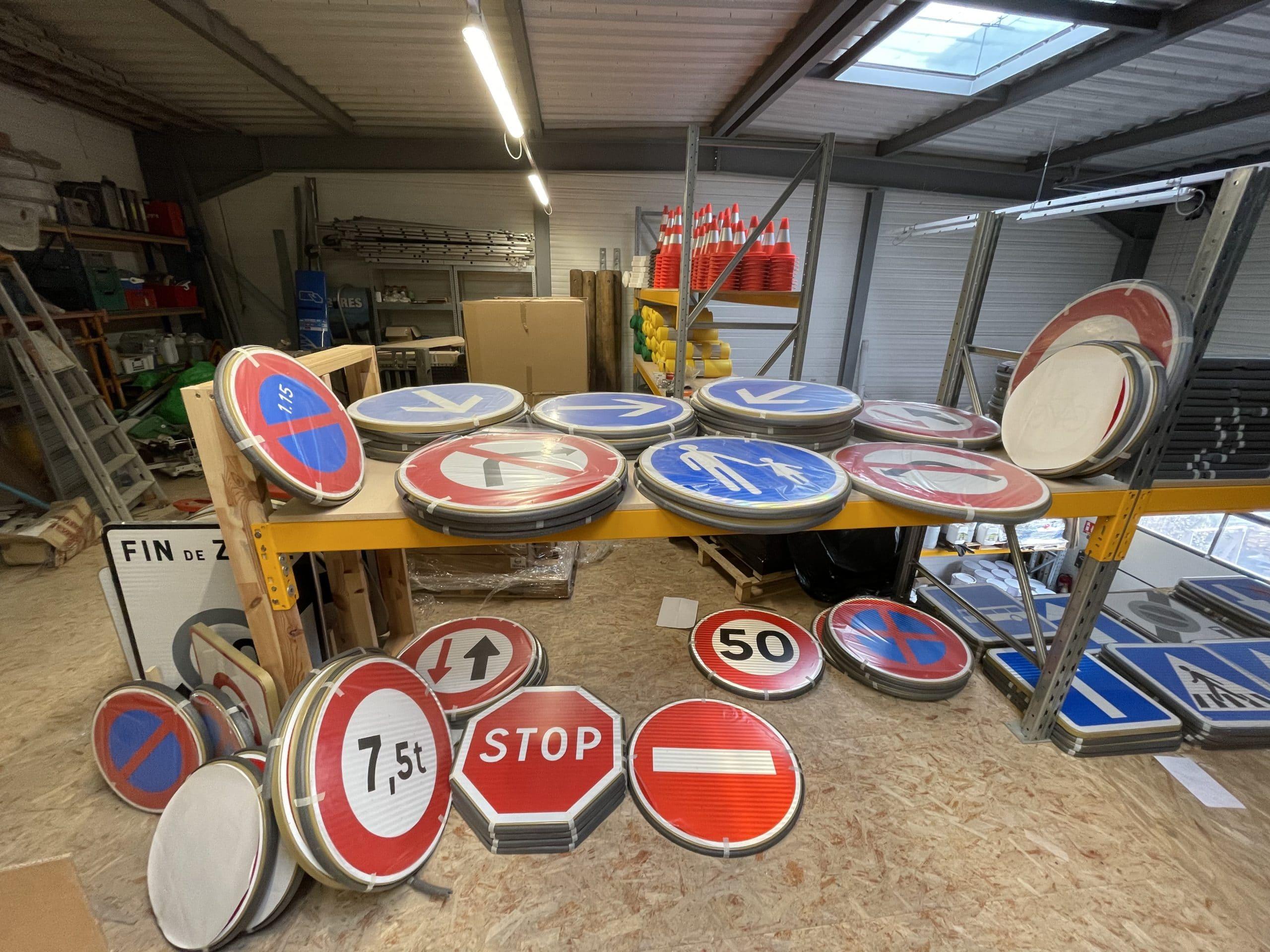 Nombreux panneaux de signalisation en stock chez Europe Signalétique à Perrignier