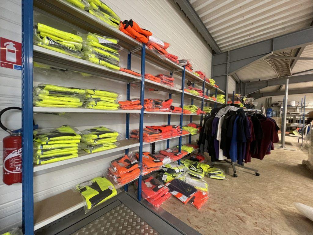 Stock important de vêtement EPI réfléchissant jaune et orange fluo, pantalons et vestes